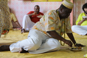 Alimentação ritual, em primeiro plano: Babalorixá Ivo de Oxum